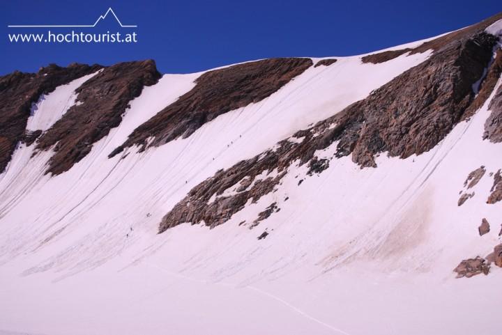 Eine Gruppe von Bergsteigern steigt über die Ostwand zur Bratschenkopfscharte auf.