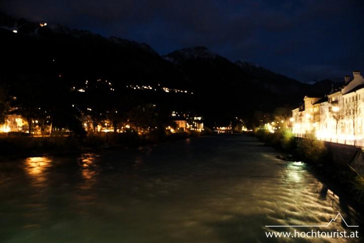 Innsbruck bei Nacht und kleine Lichtpunkte an der Nordkette.