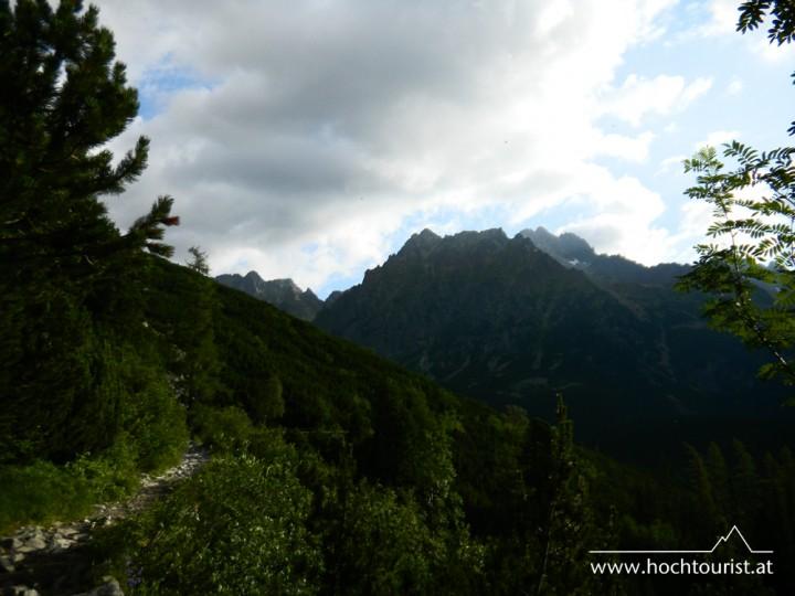 Die ersten Tatra-Berge zeigen sich am Weg zum See Popradské pleso.