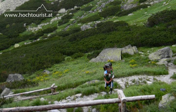Ein Sherpa unterwegs zur Berghütte Chata pod Rysmi.