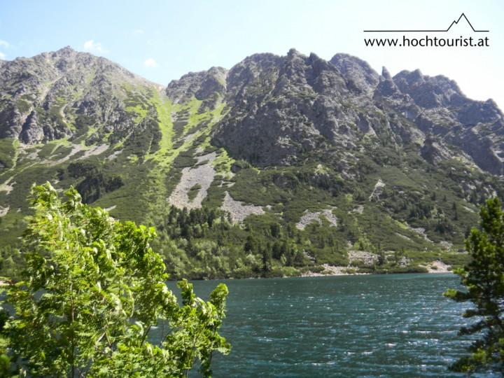Der Bergsee Popradské Pleso, im Hintergrund der Aufstiegsweg auf den Sedlo pod Ostrvou erkennbar.