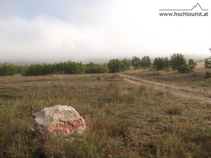 Der Stein kennzeichnet das Ding irgendwo hinter der Nebelbank.