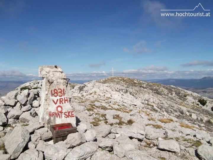 Das Gipfelkreuz und der Vermessungsstein kennzeichnen den höchsten Punkt Kroatiens.