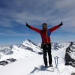 Gipfelfreuden Grosses Fiescherhorn. Im Hintergrund das Finsteraarhorn